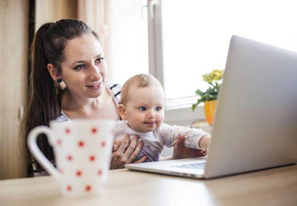 Maman et son bébé avec l'ordinateur